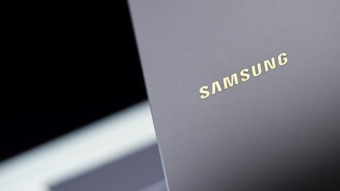 三星Galaxy Z Flip傳將採上下折疊 並解決螢幕易破裂的難題(圖:AFP)