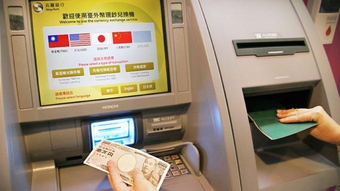 兆豐銀行近期陸續在桃機設置「台外幣現鈔兌換機」。(圖:兆豐銀行提供)