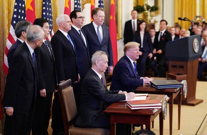 美國總統川普和中國國務院副總理劉鶴於美國白宮東廳正式簽署美中第一階段協議文本 (圖片: AFP)