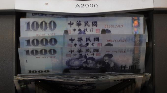 台灣壽險業5200億元台幣現金忙找去處 重返本地固收解燃眉之急(圖:AFP)
