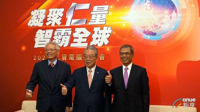 仁寶董事長許勝雄(中)、副董事長陳瑞聰(右)、總經理翁宗斌(左)。(鉅亨網記者劉韋廷攝)