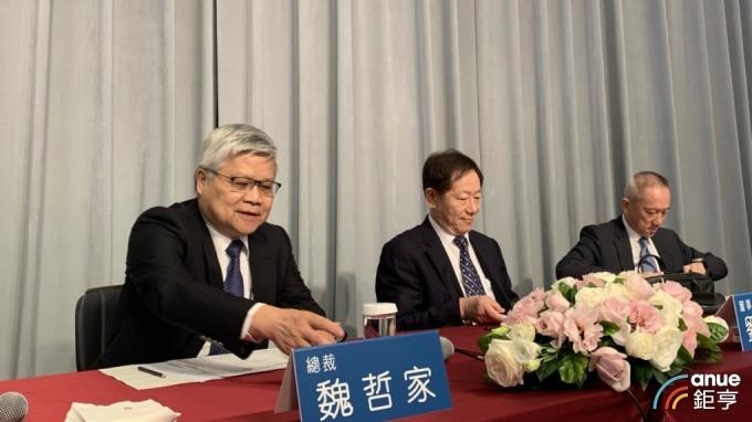 左起為台積電總裁魏哲家、董事長劉德音、財務長黃仁昭。(鉅亨網記者林薏茹攝)