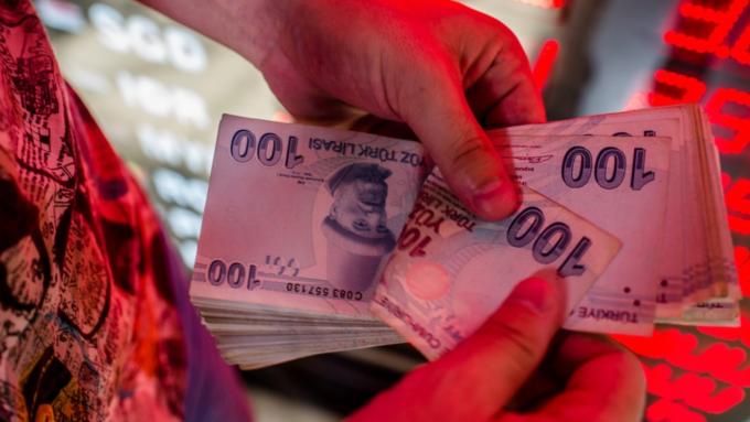 土耳其央行降息75基點超預期 里拉兌美元短線急貶 (圖:AFP)