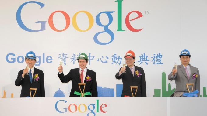 Google台灣第1號員工簡立峰(右二)月底退休,台灣營運將轉為多主管制。(圖:AFP)