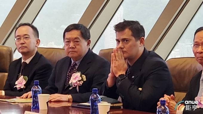 遠東集團董事長徐旭東(左二)今日與獨子徐國安(右)出席裕民購船典禮。(鉅亨網記者王莞甯攝)