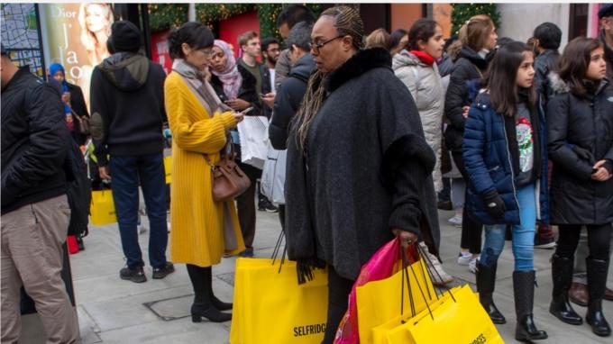 英國12月零售銷售意外下滑 BOE降息機率破七成 (圖:AFP)