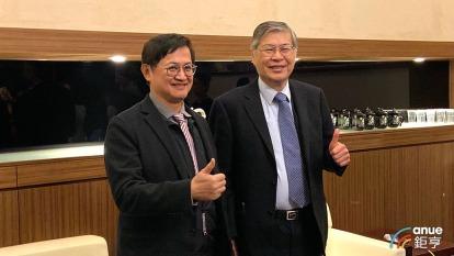 和碩董事長童子賢(左)、總經理廖賜政(右)。(鉅亨網記者劉韋廷攝)