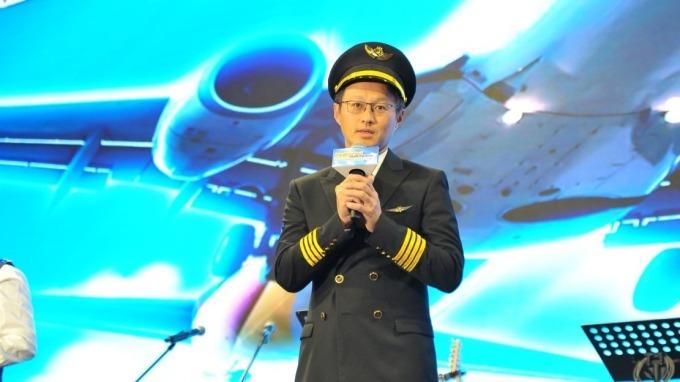 群聯董事長潘健成今年尾牙扮演機長。(圖:群聯提供)