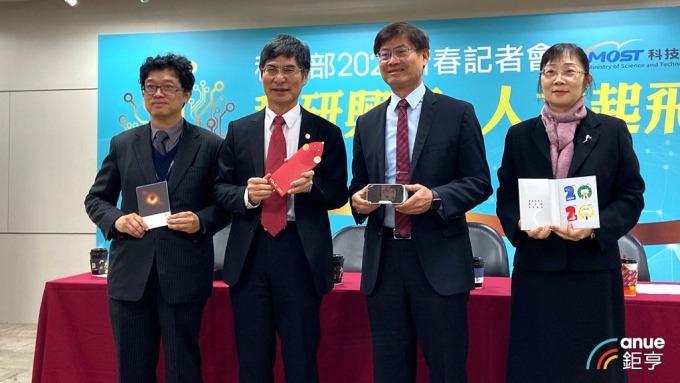 由左至右,政務次長謝達斌、科技部長陳良基、政務次長許有進、常務次長鄒幼涵。(鉅亨網記者劉韋廷攝)