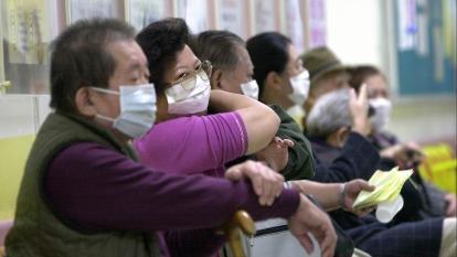 中國武漢疫情升溫,體溫計、口罩、抗生素需求增加。(圖:AFP)