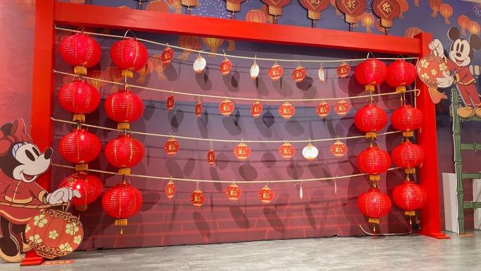 新光三越台中中港店規劃鼠年燈籠造型卡片祈願拍照區。(圖:新光三越提供)