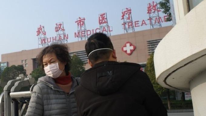 肺炎疫情擴大 港股午盤大跌近3%破28000點 (圖片:AFP)