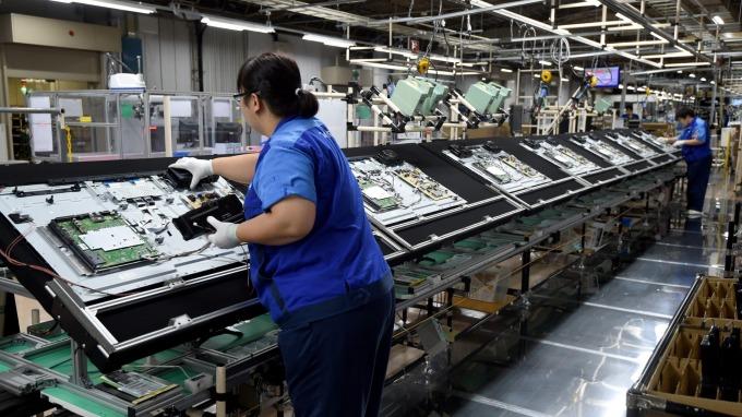 面板廠因應疫情,強調配合當地政策、機動調整產能。(圖:AFP)