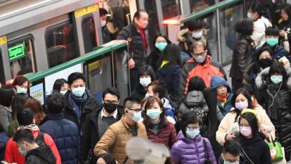 武漢肺炎疫情蔓延引發國人購買口罩需求,口罩工廠24小時不停機擴產。(圖:AFP)