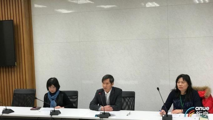 關務署副署長彭英偉(中)今天舉行記者會說明海關執行口罩攜帶出境作業情形。(鉅亨網記者郭幸宜攝)