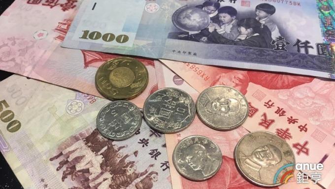 新台幣重貶2.71角 短線宜提高現金水位 配置平衡型基金抗震。(鉅亨網資料照)