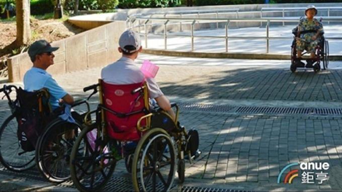 台灣失能失智人口攀升,不管因為意外或疾病,也不論男女老少都有可能需要長期照護。(鉅亨網資料照)