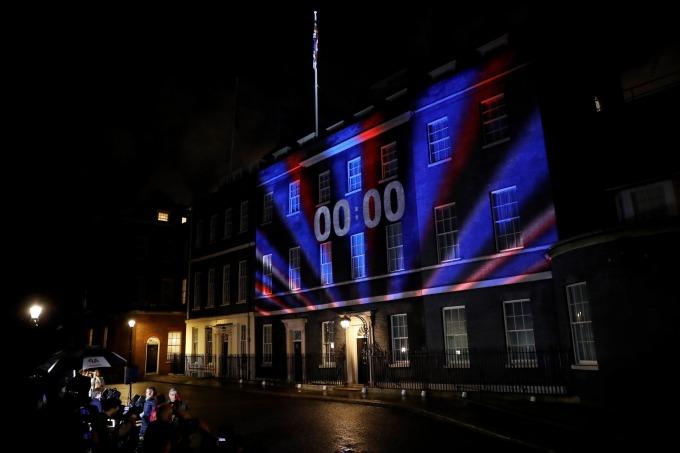 英國時間晚間 11 點,英國首相官邸正前方數字便歸於零,象徵嶄新章節 (圖片: AFP)