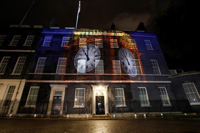 英國首相官邸唐寧街 10 號前方投射著的大笨鐘時間即將敲響脫歐的 11 點鐘 (圖片: AFP)
