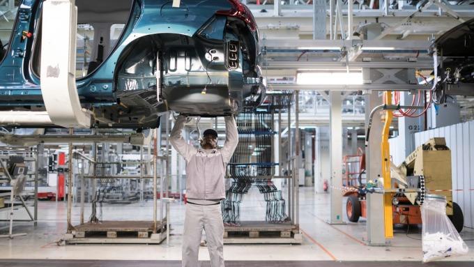 全球汽車業加速轉型為新能源車,將帶來新一波工具機設備需求。(圖:AFP)