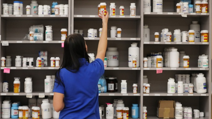 全球尋解藥 市場點名永信、太景可望受惠。(圖:AFP)