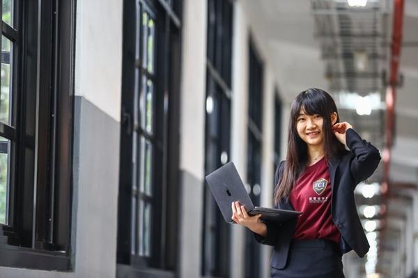 李婷婷現為香港科技大學資訊工程系大三學生,她穿著自己創立、印有「圖靈鏈學院」logo 的衣服。(圖片來源:蔡仁譯攝影)