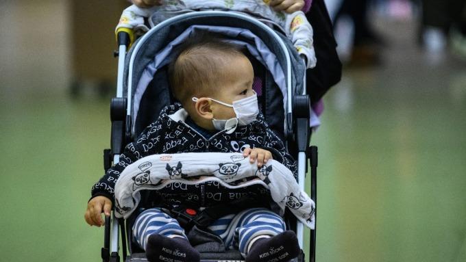 武漢肺炎爆垂直傳染 (圖片:AFP)