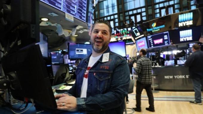 美元指數跳漲收復98點大關 (圖片:AFP)