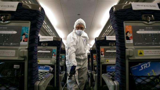 武漢肺炎疫情影響遠超越SARS,台塑集團預估全球經濟損失達千億美元以上。(圖:AFP)
