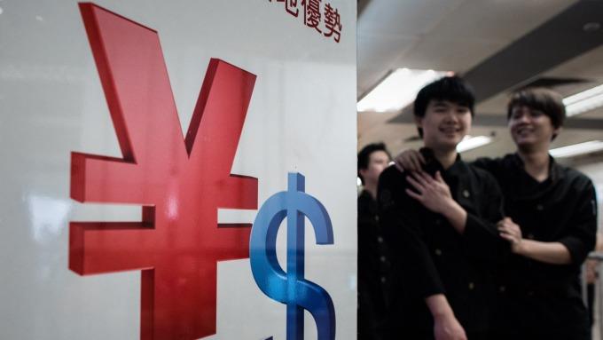 人民幣中間價調升逾200基點 力守7字頭  (圖片:AFP)