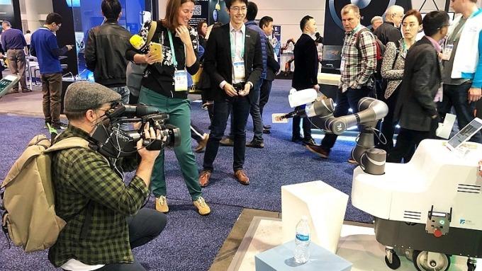 工研院的創新技術在CES展前記者會上,吸引世界各大媒體注意,爭相採訪拍攝。圖為是行動手臂式機器人系統(MARS)。