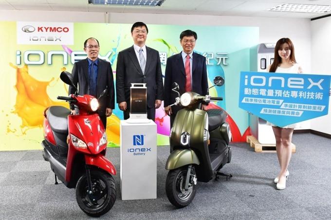 經濟部技術處處長羅達生(中)、工研院副院長彭裕民(右)及光陽工業總經理王定義(左)共同發表 AI 電動機車能源管理系統。