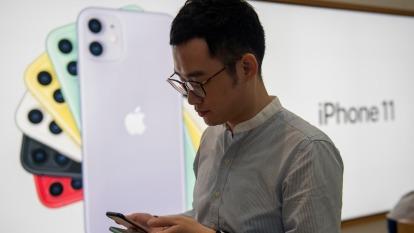 新冠肺炎侵襲 TrendForce:Q1全球智慧手機產量恐降至五年新低 (圖:AFP)