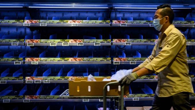 肺炎疫情爆發影響民眾上超市採買意願 (圖:AFP)
