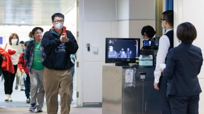 新型冠狀病毒疫情升溫,港澳星泰旅遊警告升級,6類中國人可延長在台停留。(圖:AFP)