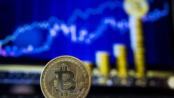 鮑爾稱聯準會正研究數位貨幣 比特幣急漲重回萬元上方(圖:AFP)
