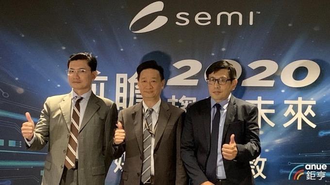 右起為SEMI台灣區總裁曹世綸、Deloitte合夥人陳兆臨、SEMI產業分析總監曾瑞榆。(鉅亨網記者林薏茹攝)