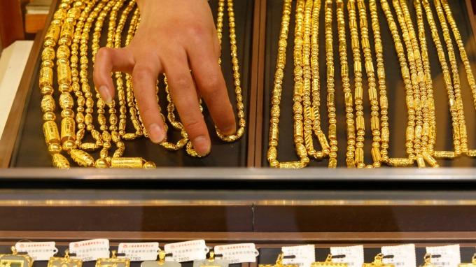 消費者已無出門購買珠寶首飾的興致,今年中國的黃金首飾和金條的銷售預料將大幅下滑。(圖:AFP)