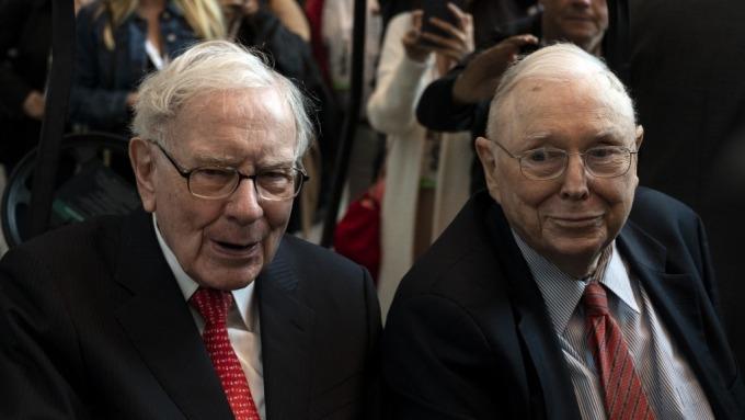 股神巴菲特(左)和他的長期合夥人孟格(右)。(圖:AFP)