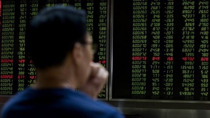 疫情數據生疑 A股三大指數齊挫 (圖片:AFP)