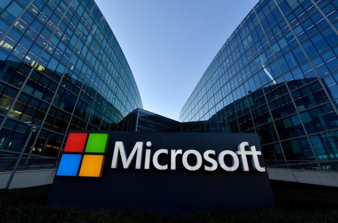 美國法院週四回應亞馬遜的要求,下令暫停美國國防部和微軟的雲端合約。(圖片:AFP)