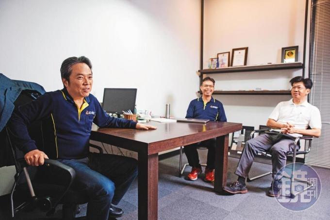 為了建構團隊,林啟聖(左)到台大攻讀 EMBA,念書兼獵人頭,艾姆勒有近 10 位高階主管,都是他的同學。