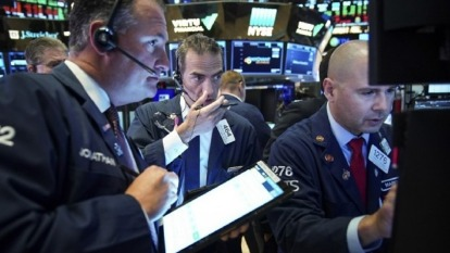 新冠病毒衝擊全球股市,投資標的過度集中股市者,資產容易隨股市上沖下洗、劇烈波動。(圖:AFP)