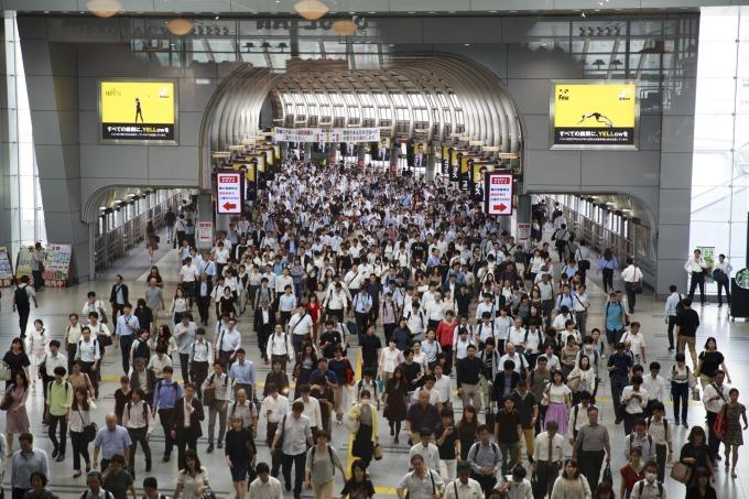 通勤時刻的日本東京品川車站 (圖片:AFP)
