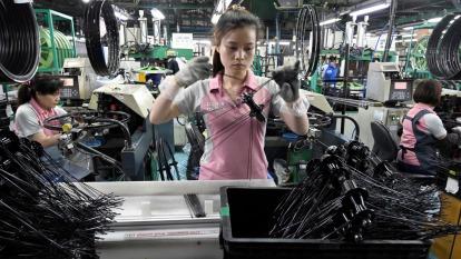 各產業傳出放無薪假來因應疫情衝擊,本期實施人數不升反降。(示意圖:AFP)