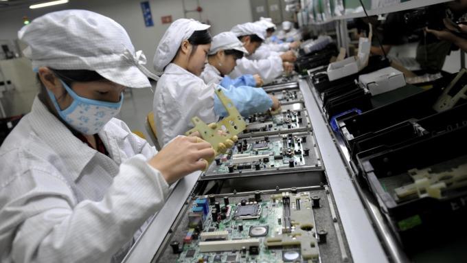 去年製造業產值年減5%,電腦電子及光學業逆勢年增2成。(圖:AFP)