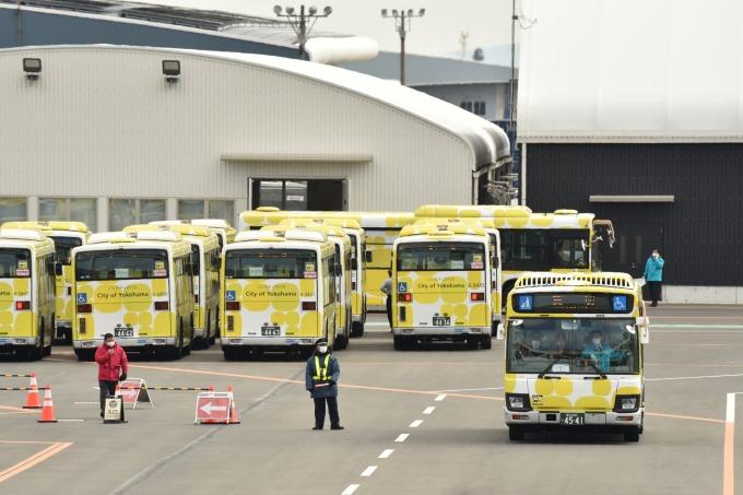 準備接送遊輪乘客們的巴士 (圖片:AFP)