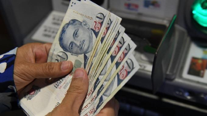 疫情衝擊新加坡幣重貶 瑞銀:金管局可能出手調降波動區間中點。(圖:AFP)