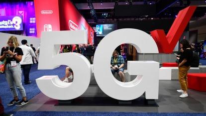 今年5G手機滲透率上看15%,砷化鎵擴廠計畫不變。(圖:AFP)