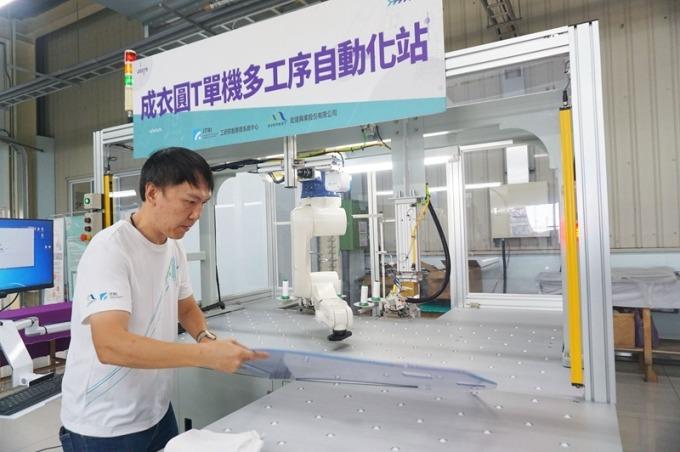 與工研院合作的「成衣圓 T 單站多工序自動化站」,以 6 軸機械手臂結合視覺感測器,將原本多工序的車縫作業整合為一站式完成,促使臺灣成衣業邁向半自動化。